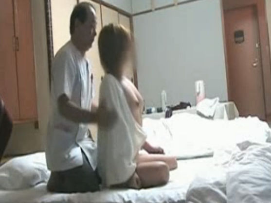 【セックスエロ動画】出張マッサージのオッサンにおっぱい服を脱がされおっぱい見られまくる素人ギャルw