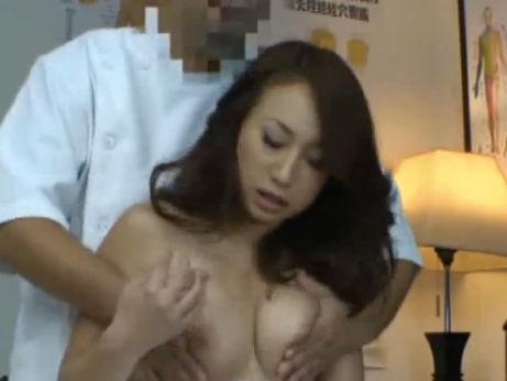 【セックスエロ動画】お色気たっぷり熟女妻がキチ○イマッサージ師のエロテクに欲情セックスww