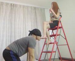 【セックスエロ動画】コリアン美女が足フェチオジサンにジュースを飲みながら優雅に生足を舐めさせるw||セックスエロ動画,ギャル,外人,痴女
