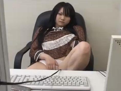 【セックスエロ動画】ネットカフェでエロビデオ見てたら興奮して自慰始めるむっちむち娘