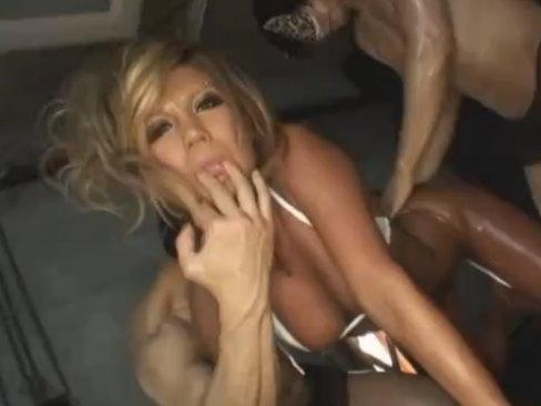 【セックスエロ動画】オラオラ系ガン黒ビッチがオイルまみれで仮面男2人と激しいセクロス COCONA