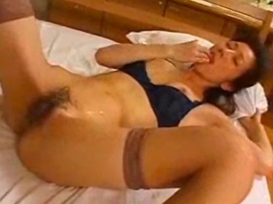 【セックスエロ動画】若い男との激しいセックスに大満足しお腹に射精された精子を自ら口へ運ぶ淫靡w