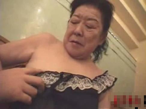 【セックスエロ動画】乳首が感じる70歳wとっくの昔に閉経したマ○コがまた疼きだす!介護プレイで大昇天!!!