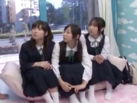【セックスエロ動画】純粋無垢な制服むすめ3人組が知らない男の人のチンチンと対峙