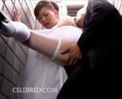 【セックスエロ動画】結婚式の途中だというのに上司に連れられ簡易トイレで抱かれる花嫁 ヘンリー塚本||セックスエロ動画,クンニ,セックス,ヘンリー塚本,中出し,人妻