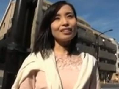 【セックスエロ動画】股の緩いガリガリな美女妻をナンパして車内でハメ撮り!!