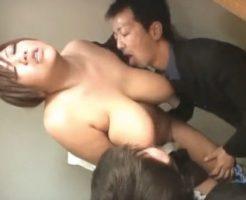 【セックスエロ動画】垂れ乳ボインのシロウトOLが男2人におっぱいを吸われて悶絶wwww||セックスエロ動画,未分類