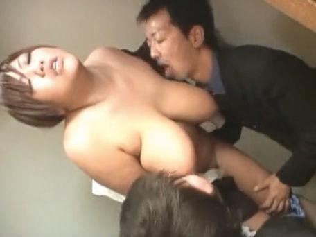 【セックスエロ動画】垂れ乳ボインのシロウトOLが男2人におっぱいを吸われて悶絶wwww