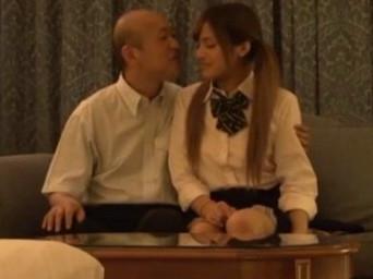 【セックスエロ動画】ちょw年寄りジジイとかわいいビッチJKがデートからのホテルでSEXしてるぞw長谷川モニカ