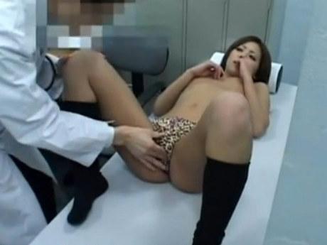 【セックスエロ動画】無知すぎるギャルJKがエロ医者の思惑通りwwww