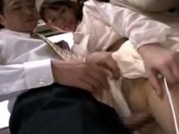 【セックスエロ動画】満員電車の中で見知らぬ男にち○ぽ擦り付けられ興奮しちゃった隠れ痴女