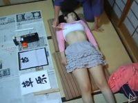 【レイプセックス動画】スポーツブラのツインテールのロリ少女の身体を筆で愛撫してバックで犯す書道教室の先生