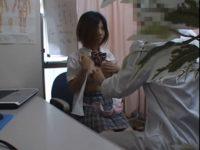 【セックスエロ動画】盗撮カメラを仕掛けた診察室でかわいい制服JKのおっぱいを隠し撮りするエロ医者