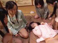 【セックスエロ動画】個室に飛び交う小●生5人の喘ぐ声!ツインテールに可愛いパジャマ姿でハーレムプレイ!