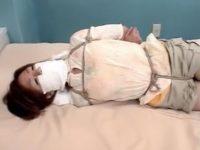 【セックスエロ動画】緊縛されて何とか縄を緩めようともがくも放置されたまま身動き取れないお姉さんw
