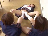 【セックスエロ動画】気に入らない同級生のパンツを剥ぎ取り電気あんまでレズ虐めするイケイケJK
