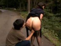 【青姦セックス動画】旅行中に露出プレイで羞恥心を煽り雑木林の中で近親相姦する熟女ママと息子…