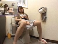 【セックスエロ動画】トイレの中でついでにオナニーしちゃう素人妻のムービーが流出wwww