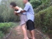 【素人セックス動画】乳首にピアスを開けた調教済みのお姉さんが公園での露出やオナニーや青姦で大興奮…