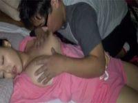 【巨乳セックス動画】部屋で寝ている巨乳美少女を夜這いしおっぱいを吸って揉んで舐めまくるおじさん