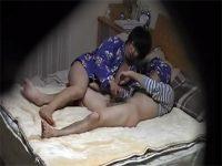 【無修正セックス動画】中年の素人夫婦の夜の営みを盗撮…雑なマンネリ愛撫の後はサクッとおまんこにハメる