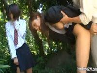 【青姦セックス動画】教え子の男子生徒におまんこを突かれオシッコを漏らしてしまう女教師とそれを傍観する女生徒