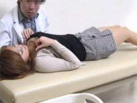 【レイプセックス動画】孕んでしまったギャルに下衆な取引を持ちかけ着床済みのおまんこに中出しするクズ医者