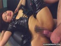 【無修正セックス動画】ラバースーツ姿の淫乱ギャルが潮吹き手マンや生姦で下品にイキまくる