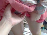 【セックスエロ動画】ガチ小○生。パンツの上からまん筋を触られて嫌がる娘の様子を個撮。これはダメなやつw