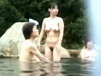 【セックスエロ動画】のんびり温泉に浸かってるオッパイが垂れ切った熟女さん達を隠し撮り!!!