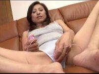 【セックスエロ動画】53歳の美女熟女人妻が人生初のバイブオナをネット中継していた件wビクビク痙攣し白目剥いてイキ狂うw