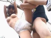 【青姦セックス動画】全裸にオムツを履かせて木と手を結び身動きをとれなくしておまんこにハメる